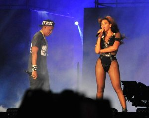 Beyonce and Jay-Z perform in Paris for their 'On the Run Tour'