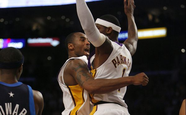Los Angeles, Ca.,01/07/2007 – Kobe Bryant celebrates with teammate Smush Parker as the Lakers beat