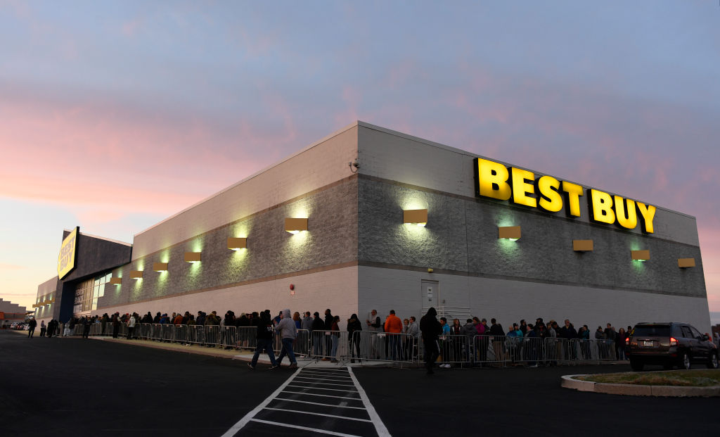Gamers Camp Out At Best Buy Stores For PS5 & Xbox Series X, Twitter Reacts